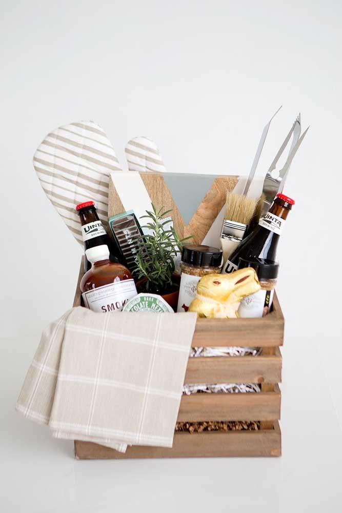 Cesta de Páscoa em madeira com toque masculino, ideal para presentear homens que apreciam cozinhar