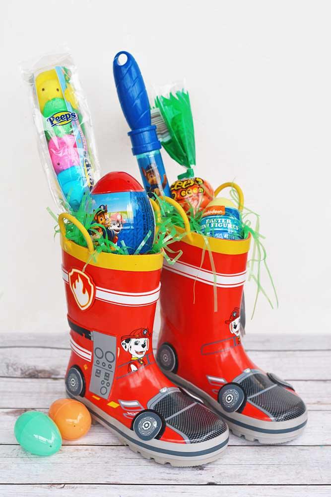 Opção criativa de cesta de Páscoa para meninos, feita em galochas