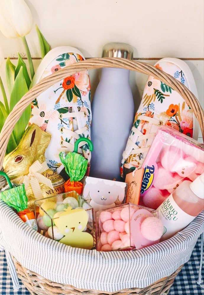 Uma cesta de Páscoa delicada recheada com chocolates e doces variados