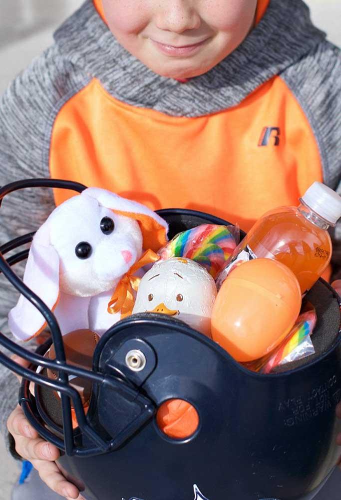 Mais uma inspiração super criativa: a cesta de Páscoa foi montada em um capacete