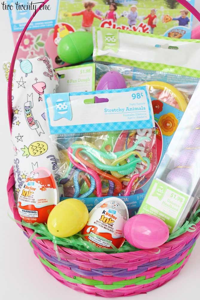 Cesta de Páscoa para crianças com brinquedos e ovos de chocolate