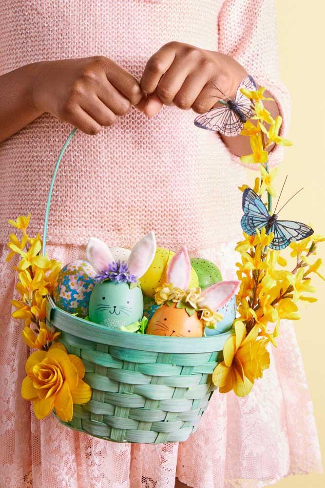 Que linda e criativa ideia de cesta de Páscoa: ovinhos de verdade pintados à mão, na decoração, flores e borboletas