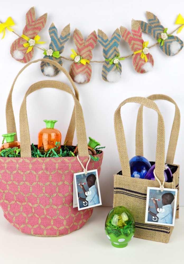 Cestas de Páscoa simples e rústica com ovos de chocolate