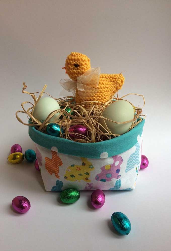 Cesta de Páscoa pequena em tecido com ovinhos de chocolate para crianças