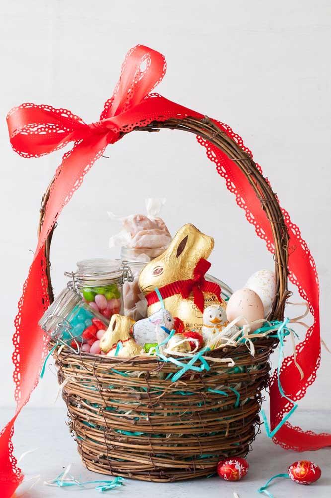 Cesta de Páscoa em vime com bombons e coelhos de chocolate