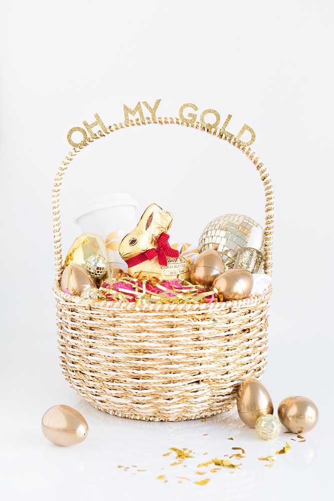 Cesta de Páscoa dourada com ovinhos de chocolate na mesma cor