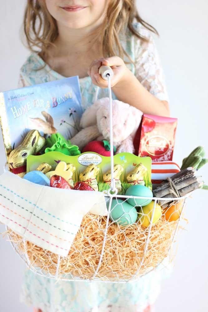 Cesta de Páscoa grande para crianças com chocolates, livros e brinquedos