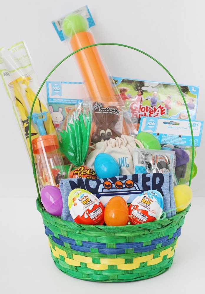 Mais uma inspiração de cesta de Páscoa super colorida para crianças com brinquedos e ovos de chocolate