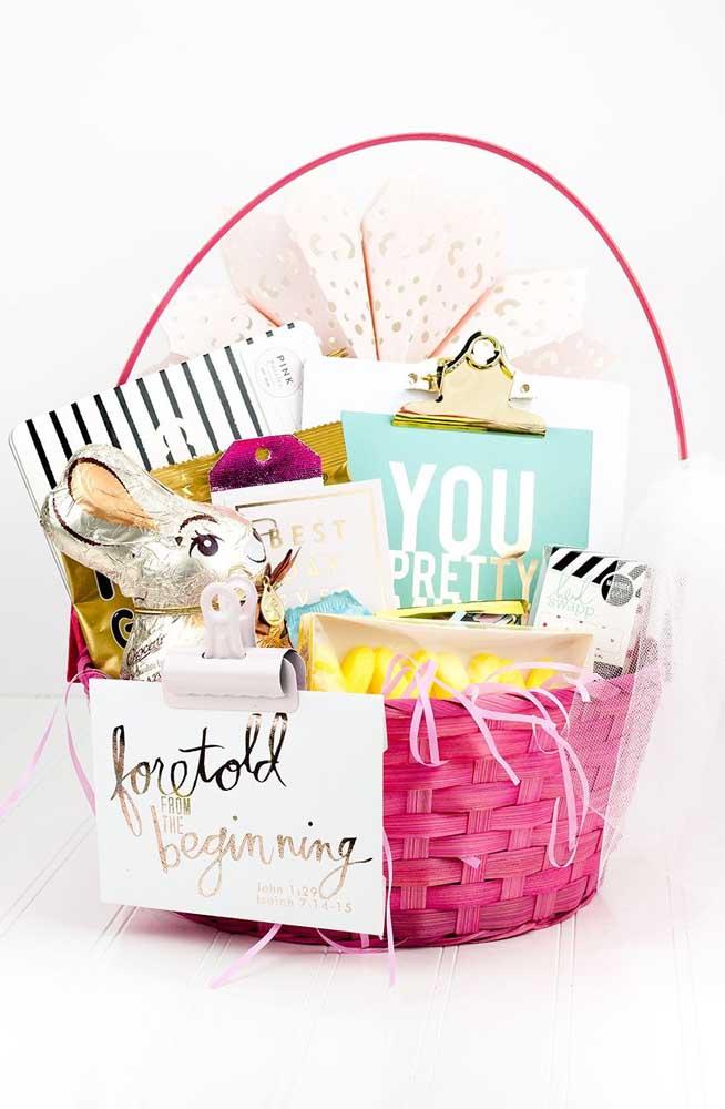 Uma cesta de Páscoa colorida, perfeita jovens