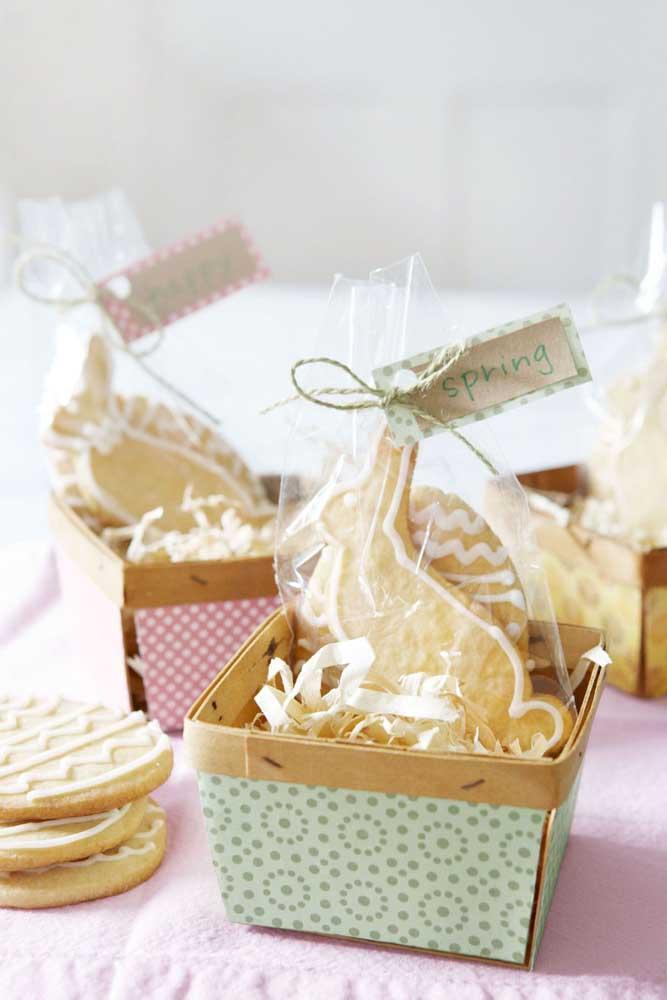 Cesta de Páscoa em papel com biscoitos em formatos de coelhinho