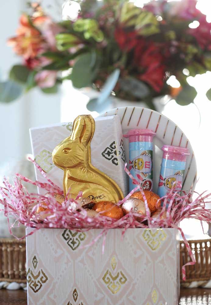 Cesta de Páscoa simples com coelho de chocolate e ovinhos coloridos