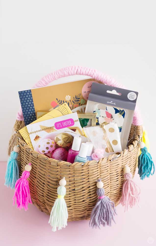 Os pompons em lã deram um toque todo especial para a cesta de Páscoa