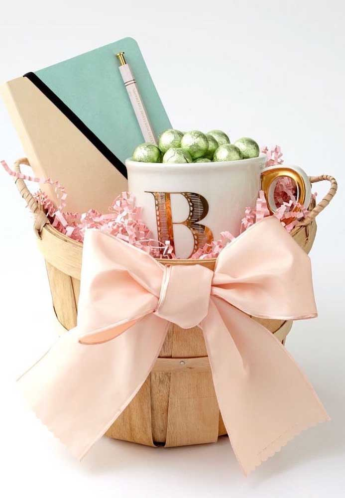 Cesta de Páscoa com ovinhos de chocolate na caneca e caderno de anotações