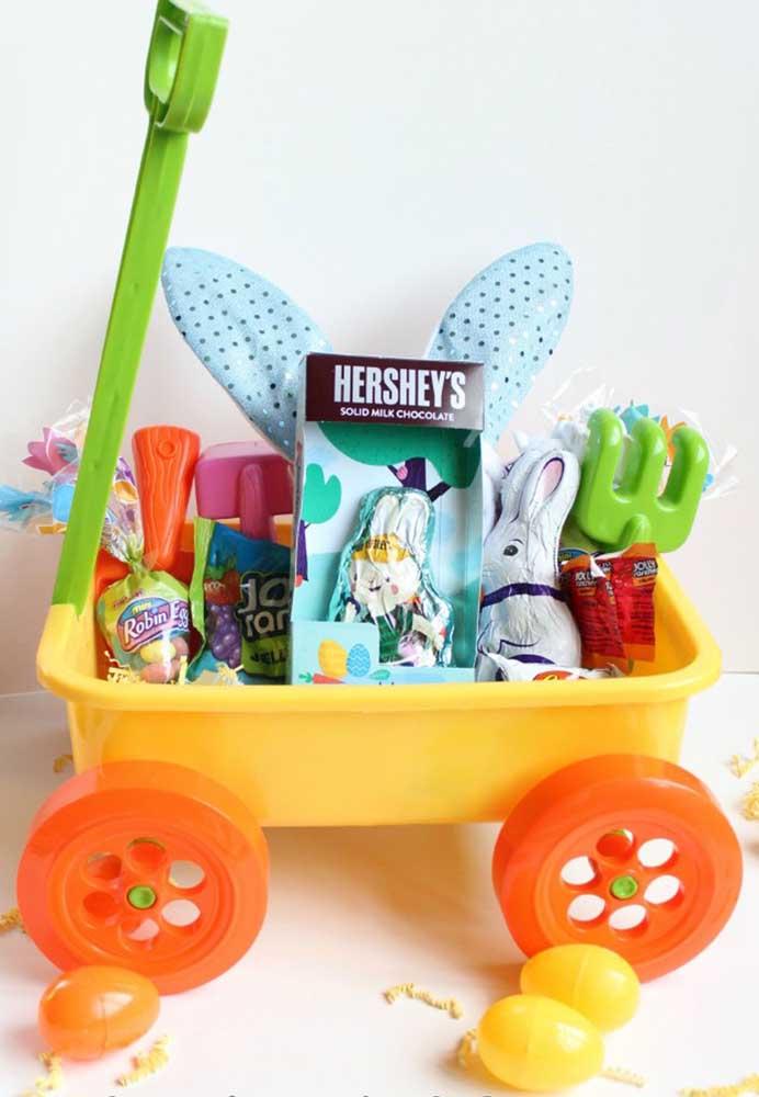 Que inspiração incrível para crianças: a cesta de Páscoa foi montada em um carrinho de areia