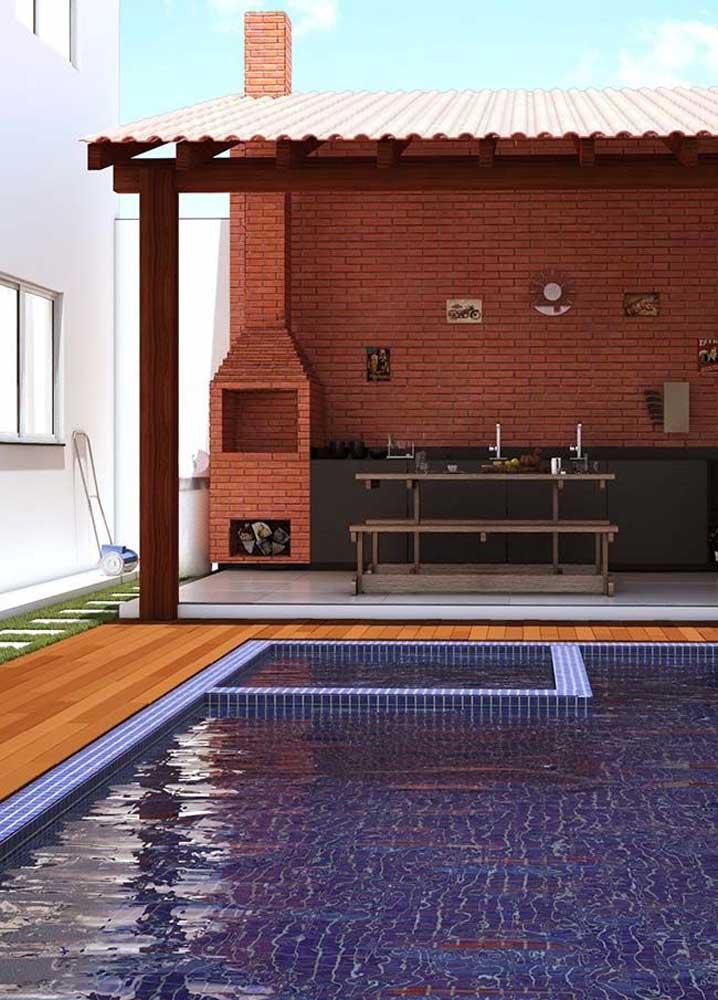 Áreas próximas a piscinas são ótimas para a construção da churrasqueira de tijolo; a diversão de domingo já está garantida