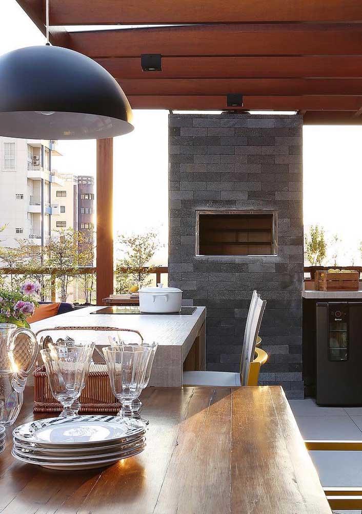Churrasqueira de tijolos cinza para combinar com o estilo moderno do espaço gourmet