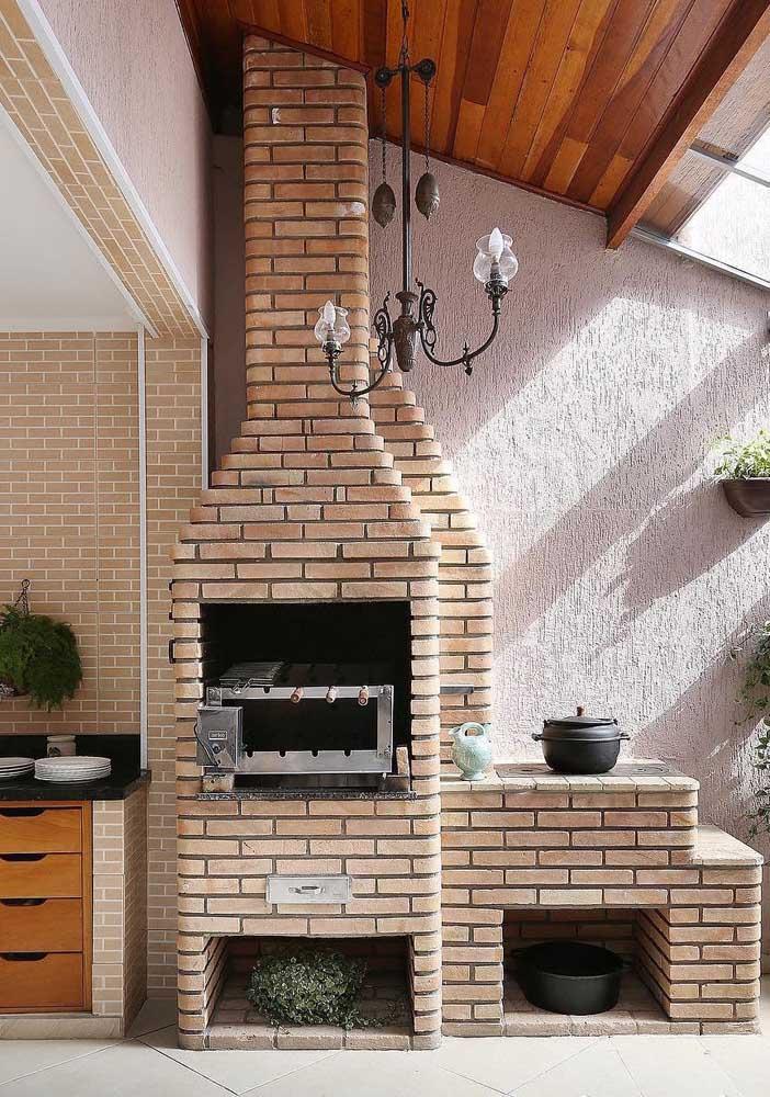 Inspiração de churrasqueira de tijolo com fogão a lenha na varanda