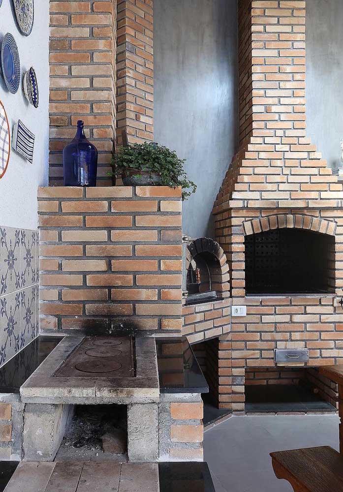 A construção das churrasqueiras de tijolo pode aproveitar bem o espaço do ambiente disponível; aqui, ela foi planejada em formato de canto