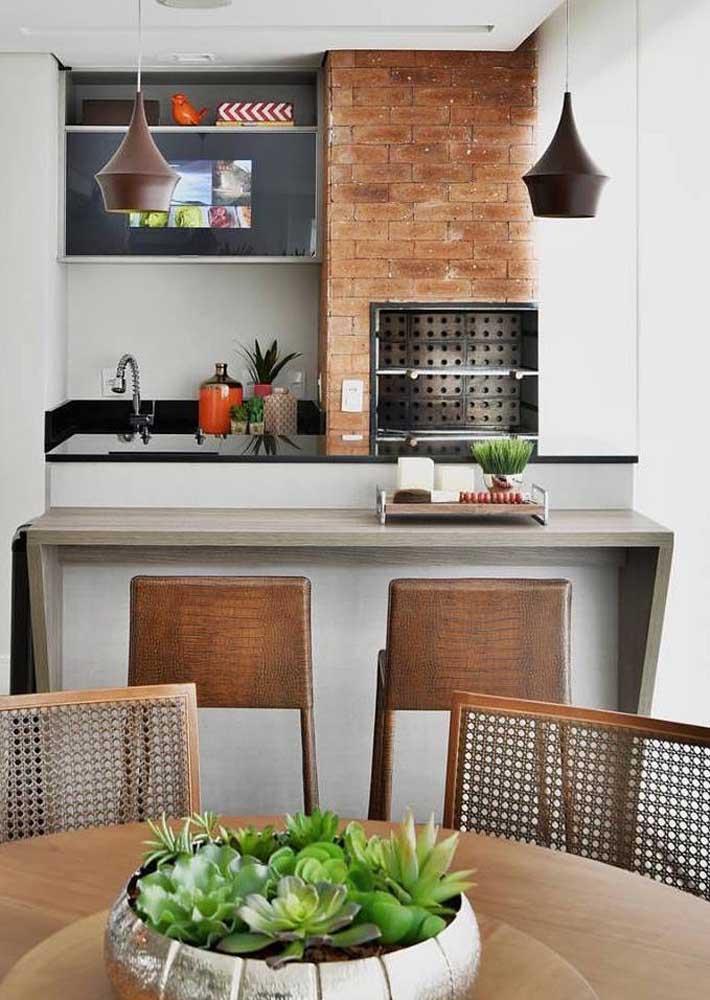 O espaço gourmet, apesar de pequeno, pode contar com uma churrasqueira de tijolo em medidas menores, mas adequadas para uso