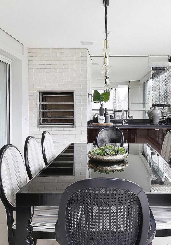Espaço gourmet elegante com churrasqueira de tijolo embutida na cor branca