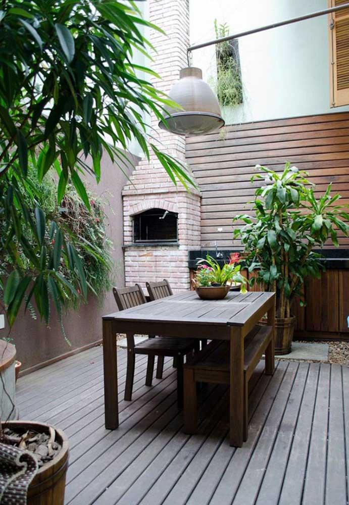 Esse espaço gourmet super aconchegante e convidativo contou com uma churrasqueira de tijolo simples