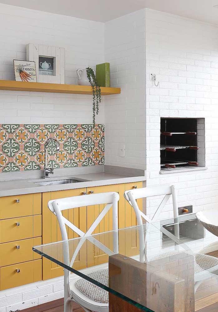 Mais uma inspiração de espaço gourmet moderno e confortável com churrasqueira de tijolo; a cor branca garante um toque clean e suave ao ambiente