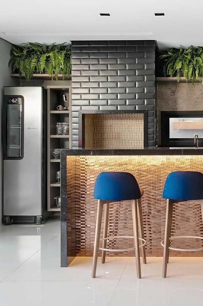 Os tijolos na cor preta garantem um toque moderno para essa churrasqueira