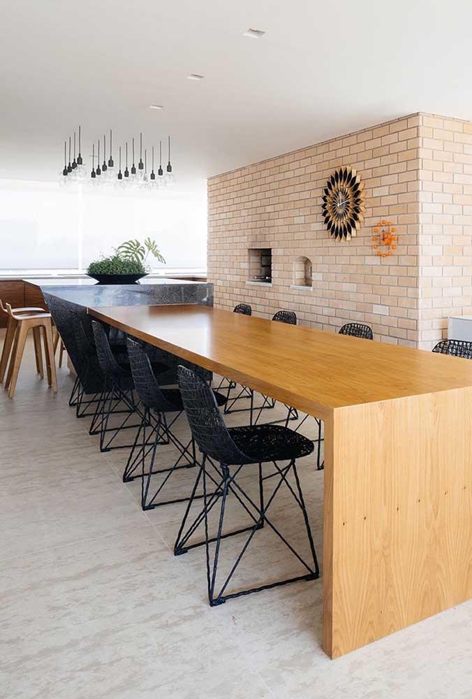 Esse espaço gourmet amplo e espaçoso ficou incrível com a churrasqueira de tijolo com forno embutido na parede
