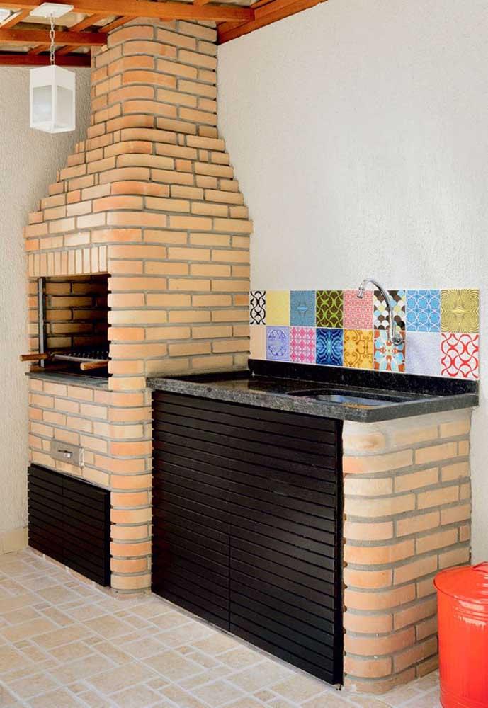 Aqui, a churrasqueira de tijolo foi construída juntamente com a pia que utiliza em sua estrutura o mesmo material da churrasqueira