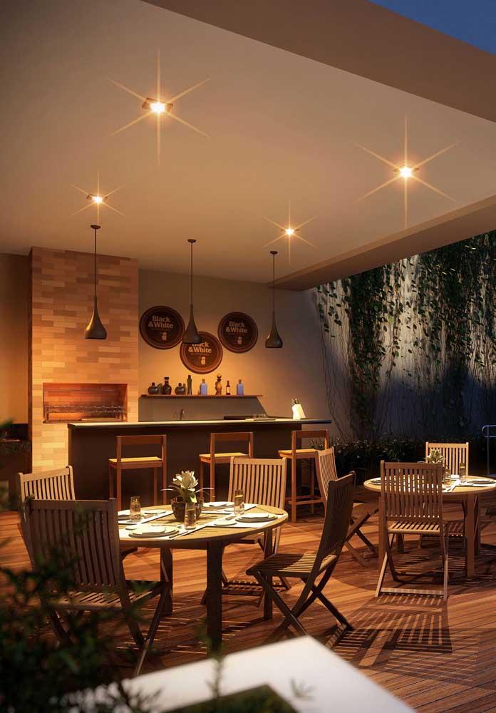 Aqui, outra inspiração de área social para churrasco com balcão e churrasqueira de tijolo