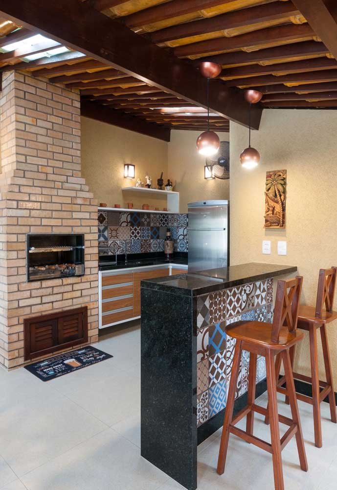 Espaço gourmet rústico e cheio de estilo com churrasqueira de tijolos à vista