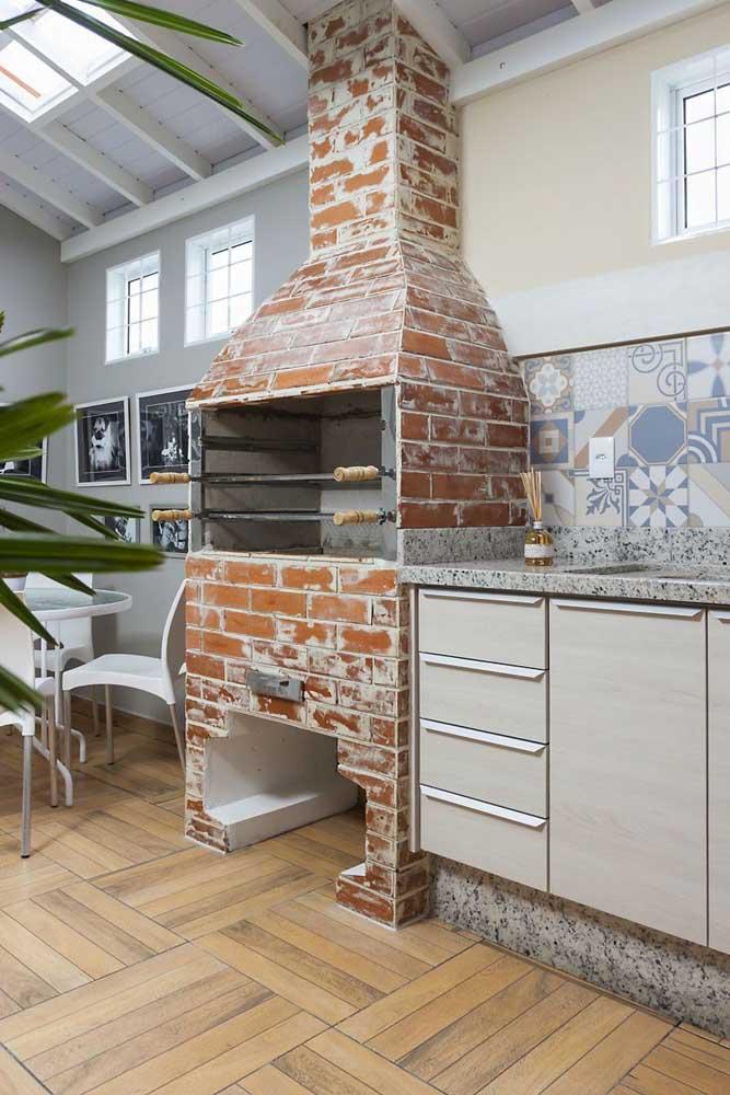 Churrasqueira de tijolo em estilo rústico para o espaço gourmet elegante da casa