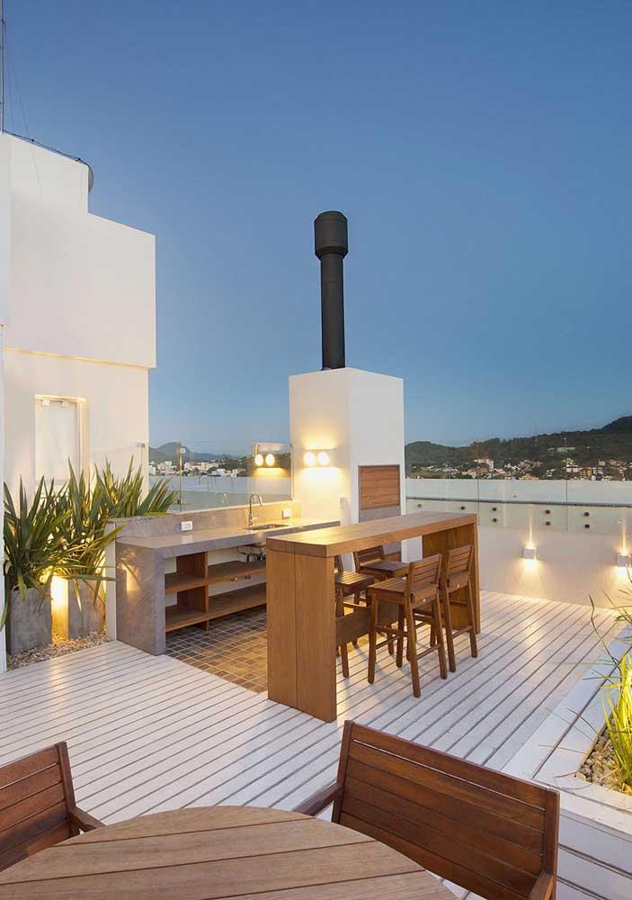 O terraço garantiu, além de uma vista incrível, um ótimo espaço gourmet com churrasqueira de tijolo em alvenaria