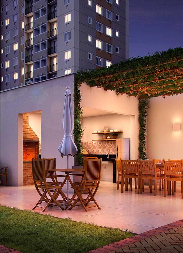 Churrasqueira de tijolo à vista na parte coberta do espaço gourmet; lembre-se de garantir que a churrasqueira não fique exposta a ventos fortes