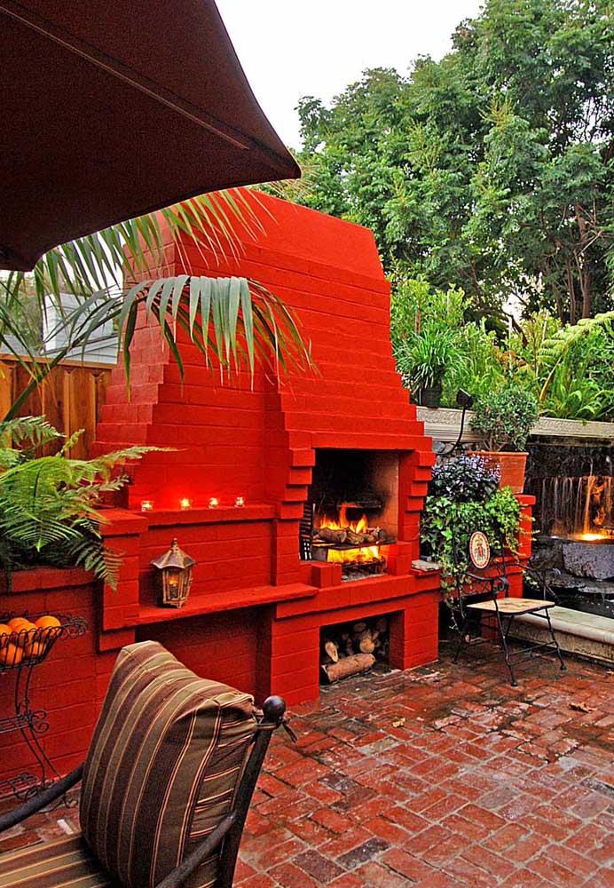 Essa churrasqueira arrasou no visual avermelhado dos tijolos, combinando perfeitamente com o estilo do espaço