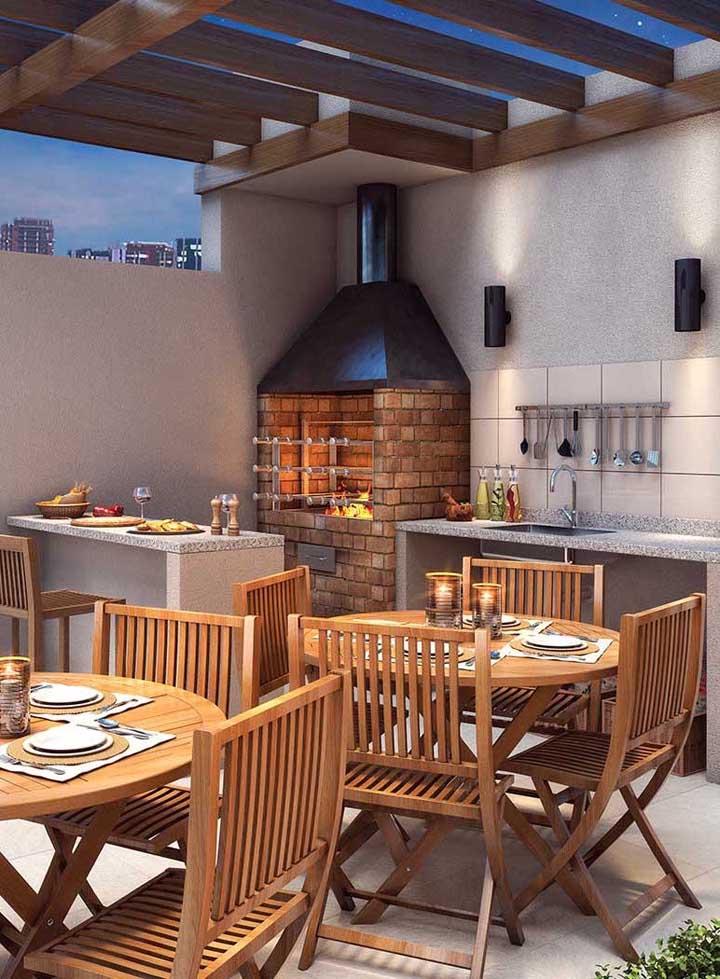 Espaço social com churrasqueira de tijolo e balcões em alvenaria