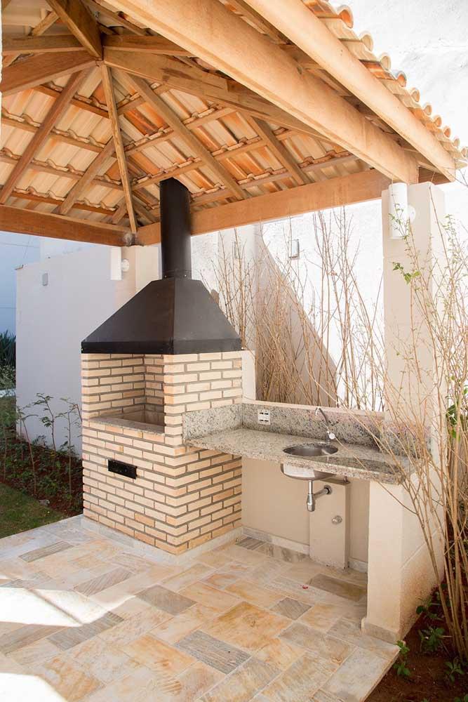 Churrasqueira de tijolos com chaminé em ferro