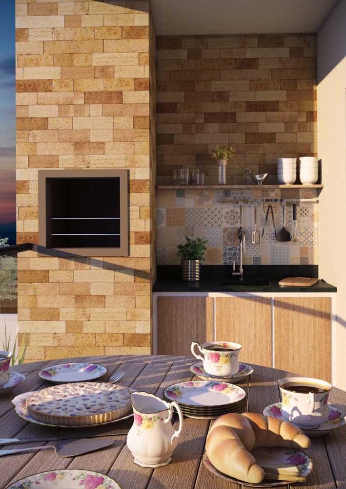 Nessa pequena varanda de apartamento, a churrasqueira de tijolo foi embutida na parede e sobrou espaço para a pia e o gabinete planejados