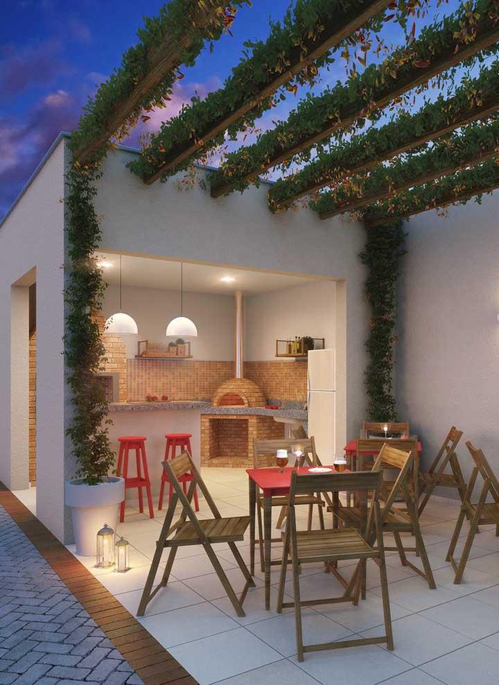 A junção da pérgola, da iluminação e da churrasqueira com forno a lenha de tijolo tornam esse espaço gourmet um local perfeito para confraternizar com os amigos!