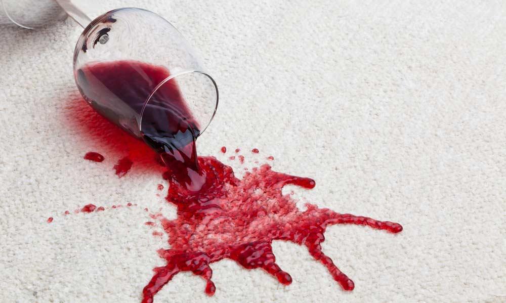 Como tirar mancha de vinho: passo a passo essencial