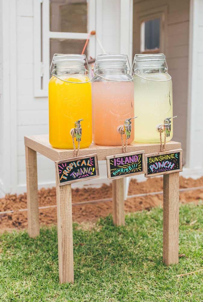 Sucos naturais à vontade para refrescar os convidados durante a festa luau