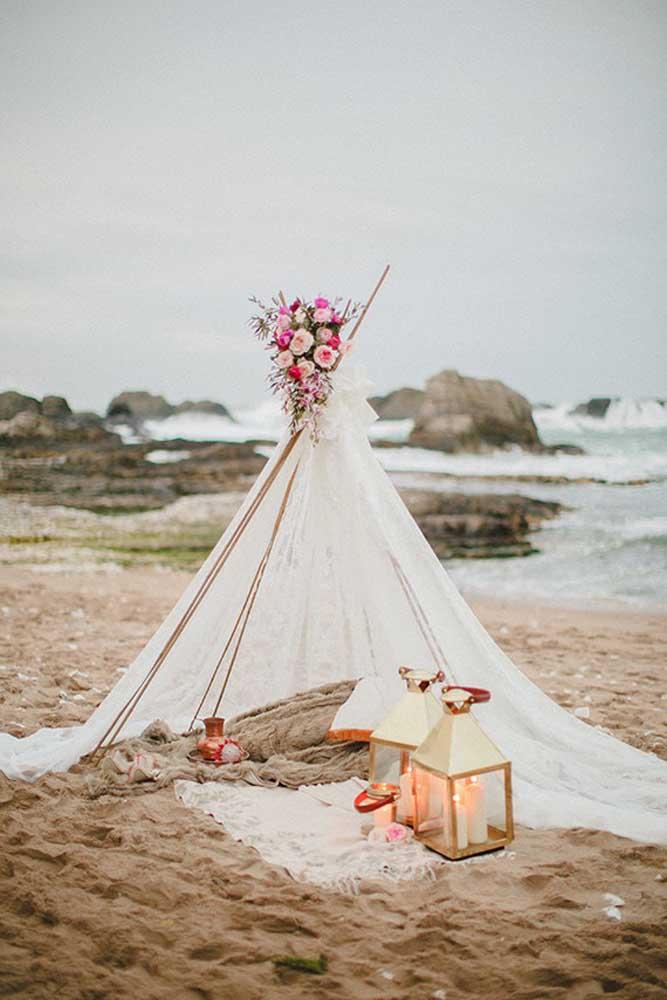 Uma cabaninha especial para os noivos curtirem a própria festa com tema luau