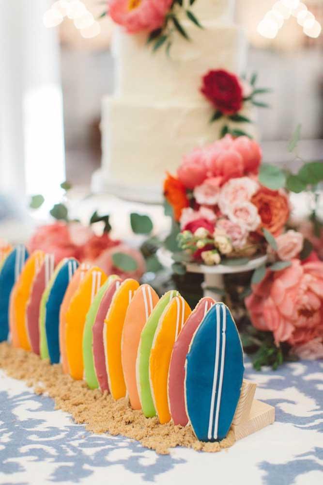 Biscoitinhos em formato de prancha de surf; inspiração criativa para a festa luau
