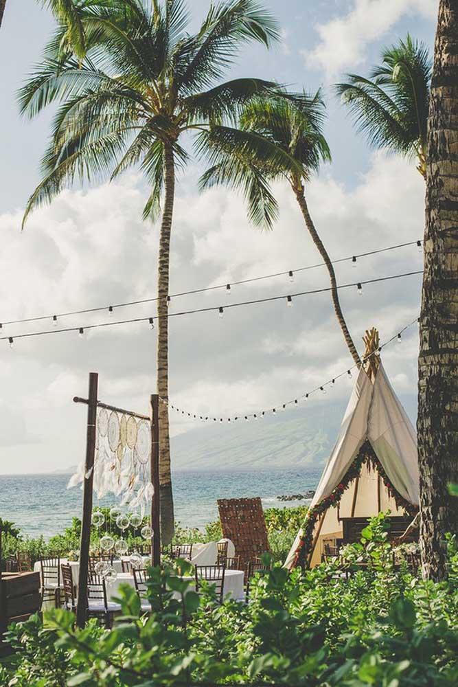 Festa luau à beira mar decorada com filtro dos sonhos logo na entrada