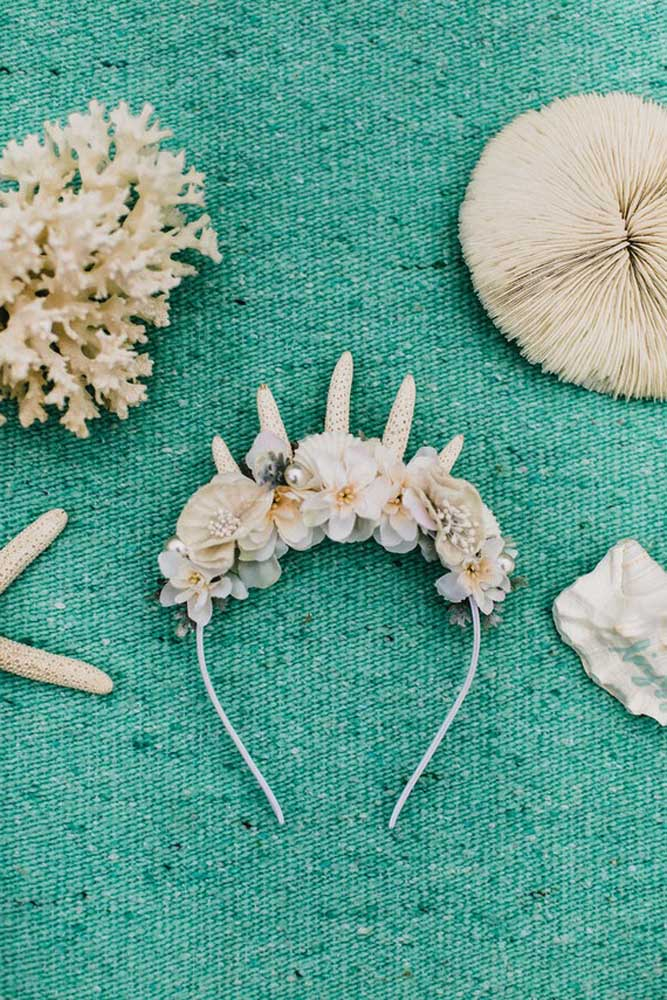 Distribua adereços para os convidados decorados no tema praia e mar