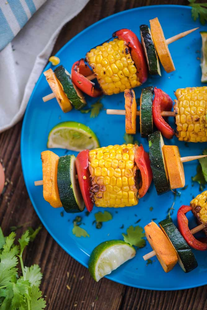 Espetinhos de legumes: opção de cardápio leve para a festa luau