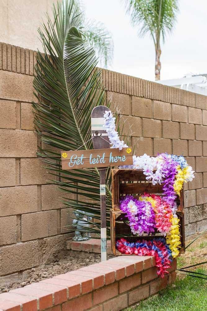 Seguindo a tradição havaiana, distribua colares de flores para os convidados