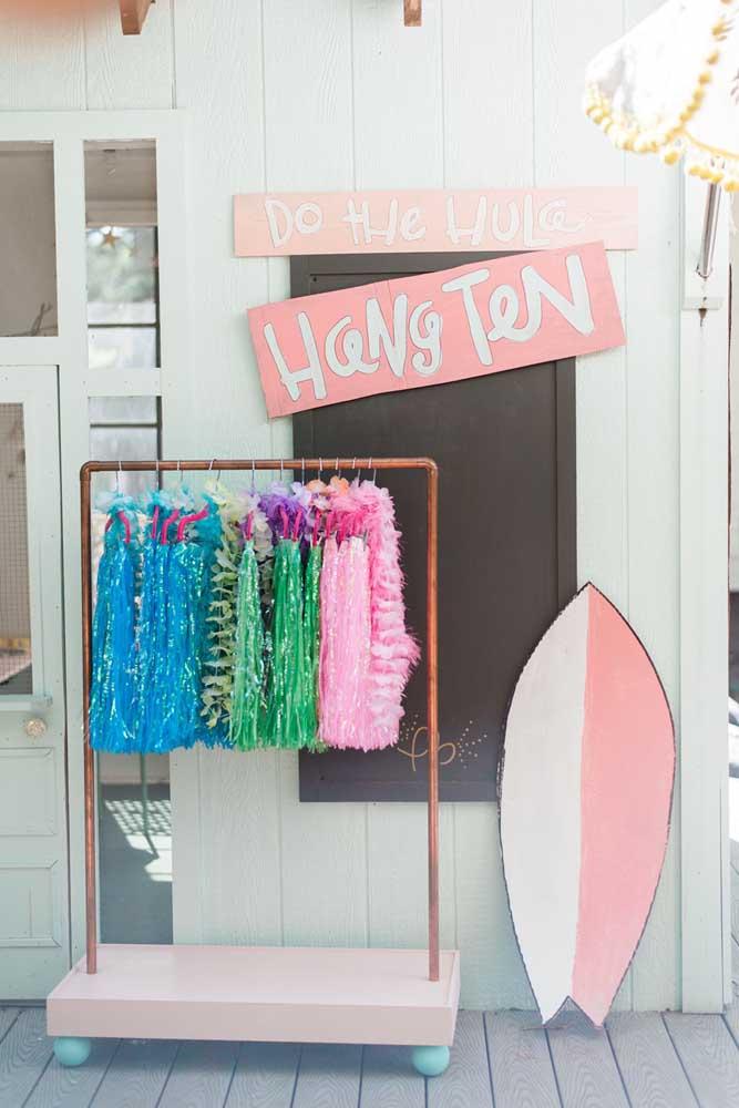 E para quem esqueceu a fantasia em casa disponibilize uma arara com saias havaianas e outros apetrechos que os convidados possam usar