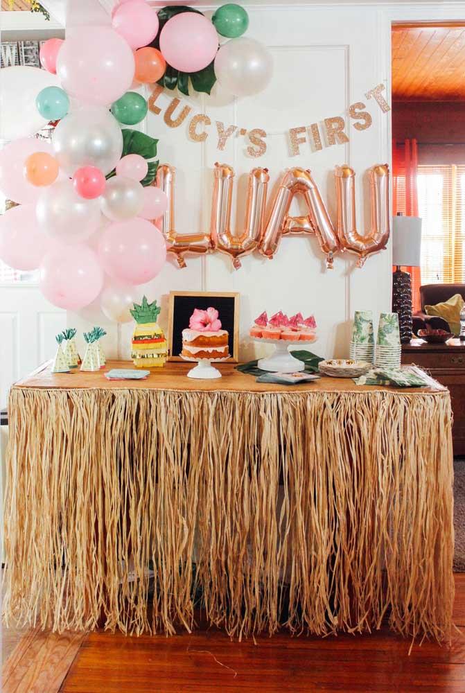 Nessa festa de aniversário, a tradicional saia de ráfia das dançarinas de Hula foi transformada em saia para mesa do bolo