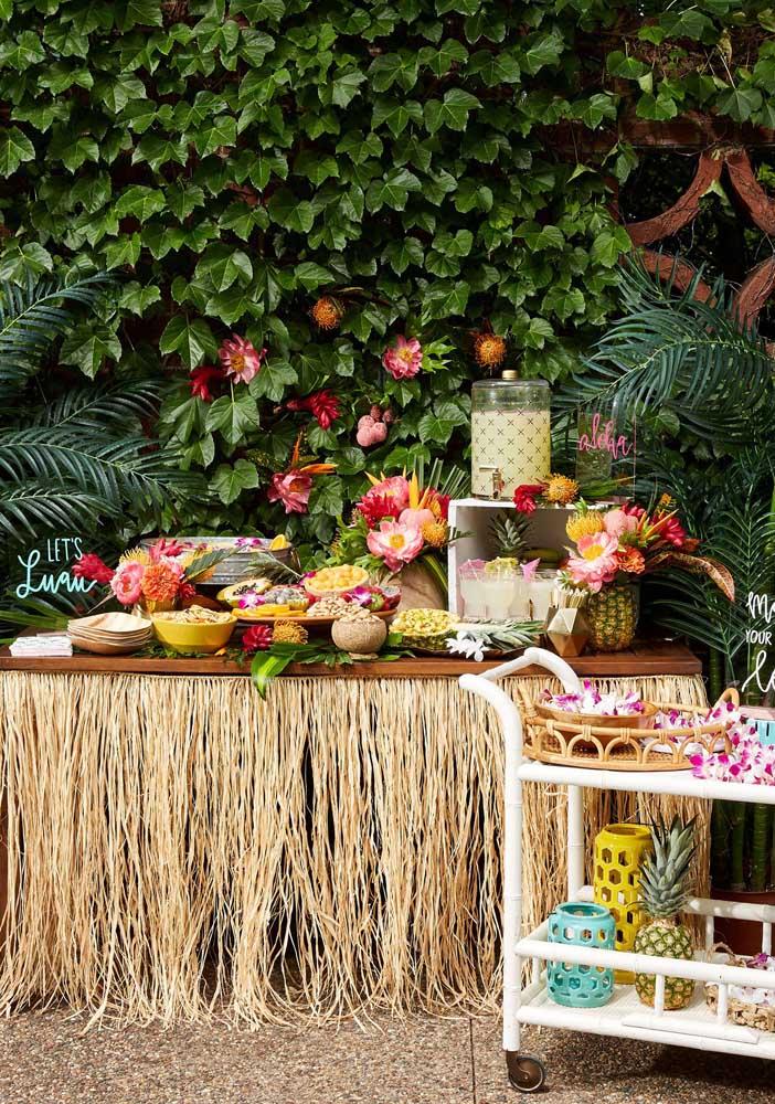 Frutas, flores e uma paisagem natural belíssima para completar o cenário da festa luau
